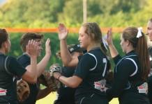 Softball forli da sx a dx, sono: Miriana Cerioni (#8), Martina Laghi, Elisa Grifagno (coperta dal braccio di Vincent), Emily Vincent (#7), Amber Parrish, Jessica Moore.