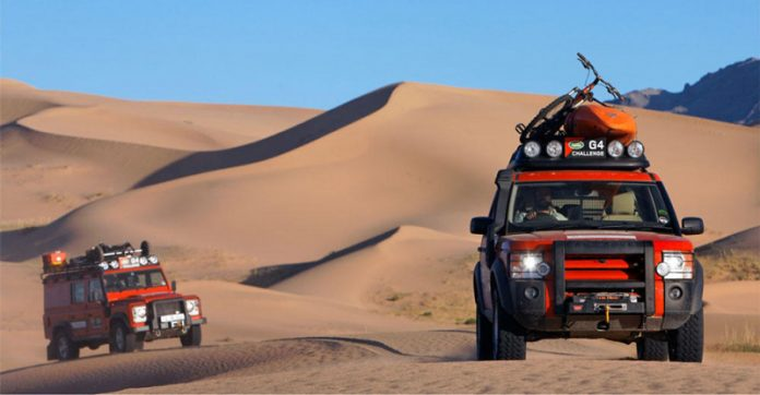 2 LAnd Rovers in Desert during G4 Challenge