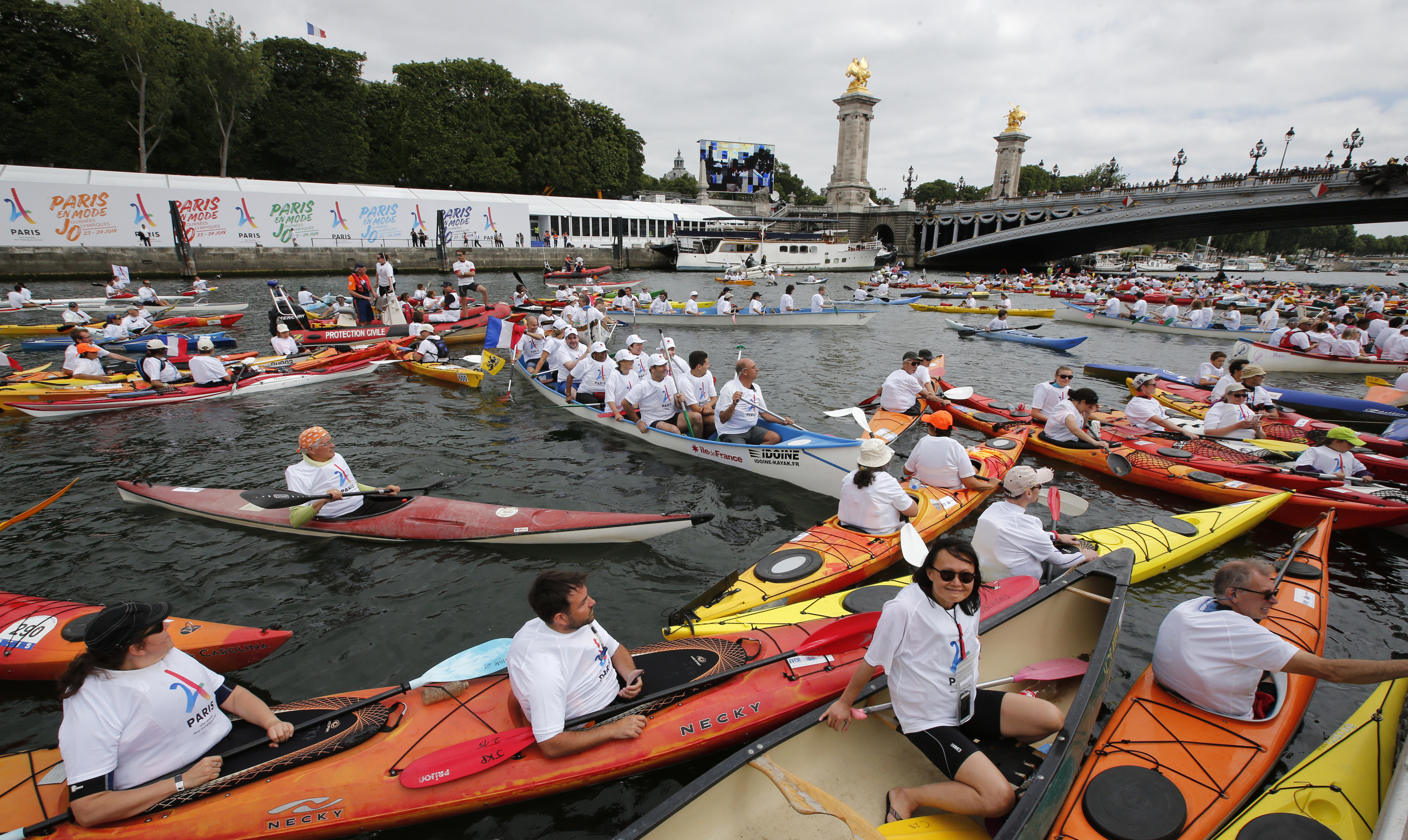 Paris shows off in race against Los Angeles for 2024 Olympic Games