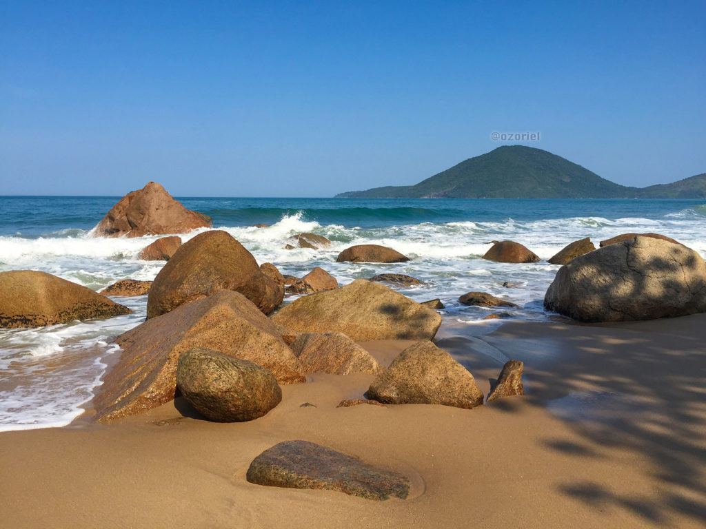 Rocks, sea and island at a brazilian tropical beach!