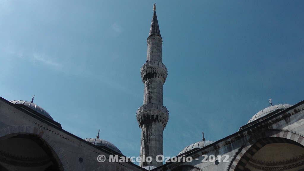 minaret-at-blue-mosque-istambul-turkey