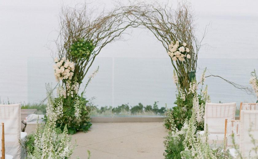 Arcos de flores com ramos e enfeites