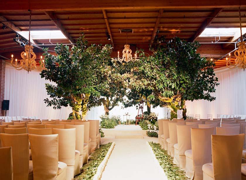 Arco formado com árvores de pequeno porte