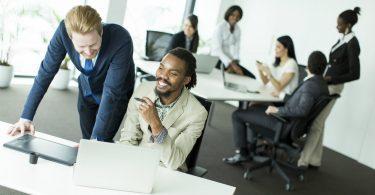 Pessoas em escritório com cultura organizacional positiva