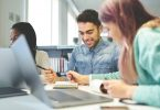 Funcionários felizes em ambiente com cultura organizacional aplicada