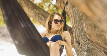 Mulher de férias na praia
