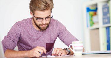 Empresário de PME fazendo calculo de impostos