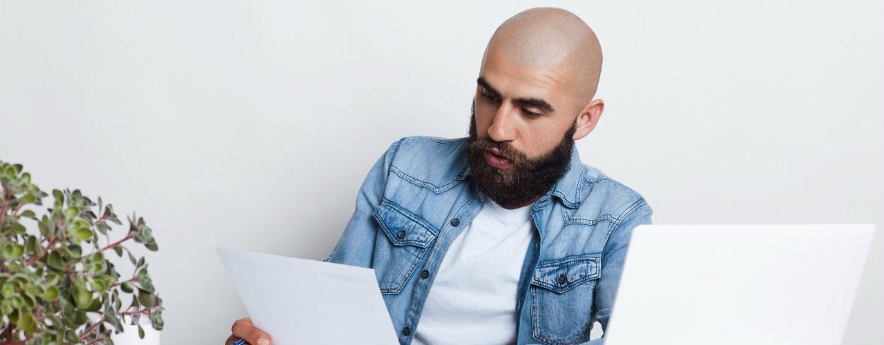 trabalahador analisando contrato de trabalho