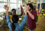 Gestor motivando uma equipe jovem