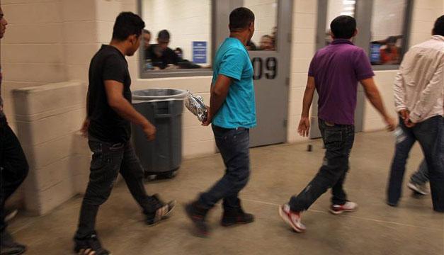 Vista de inmigrantes que han cruzado ilegalmente la frontera, detenidos para ser procesados dentro de una estación de la Patrulla Fronteriza de McAllen, Texas (EEUU). EFE/Archivo