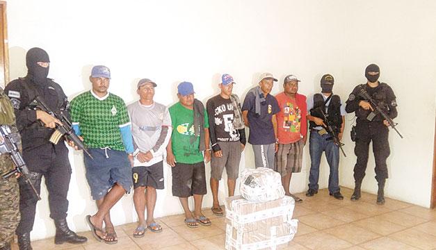 Los seis salvadoreños detenidos por posible tráfico de droga son pescadores artesanales de la playa San Diego, La Libertad. Ayer fueron presentados por la Policía. / Cortesía Fiscalía