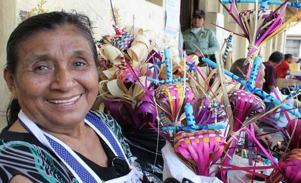 Rosa Aminta Pérez de 67 años, muestra los ramos de palma que se encuentra elaborando para entregarles a los sacerdotes en la celebración del Domingo Ramos