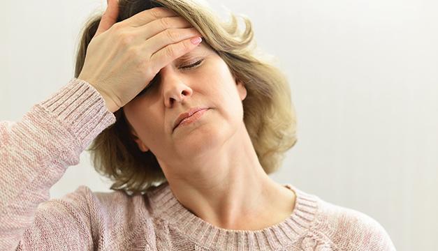 mujer dolor de cabeza menopausi