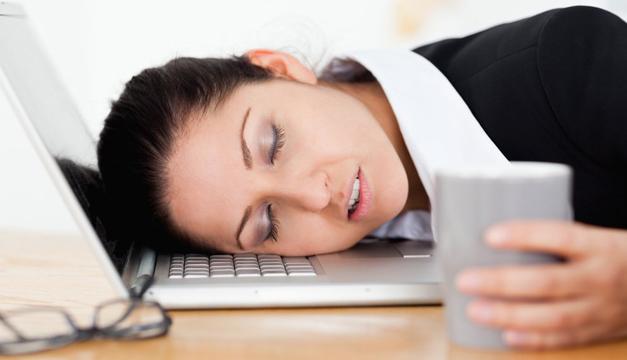 mujer-dormir-oficina