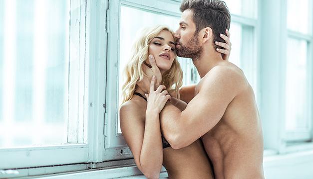 pareja sexo beso