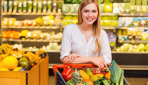 mujer supermercado alimentos sanos