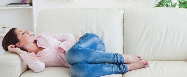 La Esclerosis Múltiple es una enfermedad crónica del Sistema Nervioso Central. Está presente en todo el mundo y es una de las enfermedades neurológicas más comunes entre la población de 20 a 30 años. Puede producir síntomas como fatiga, falta de equilibrio, dolor, alteraciones visuales y cognitivas, dificultades del habla, temblor, etc.