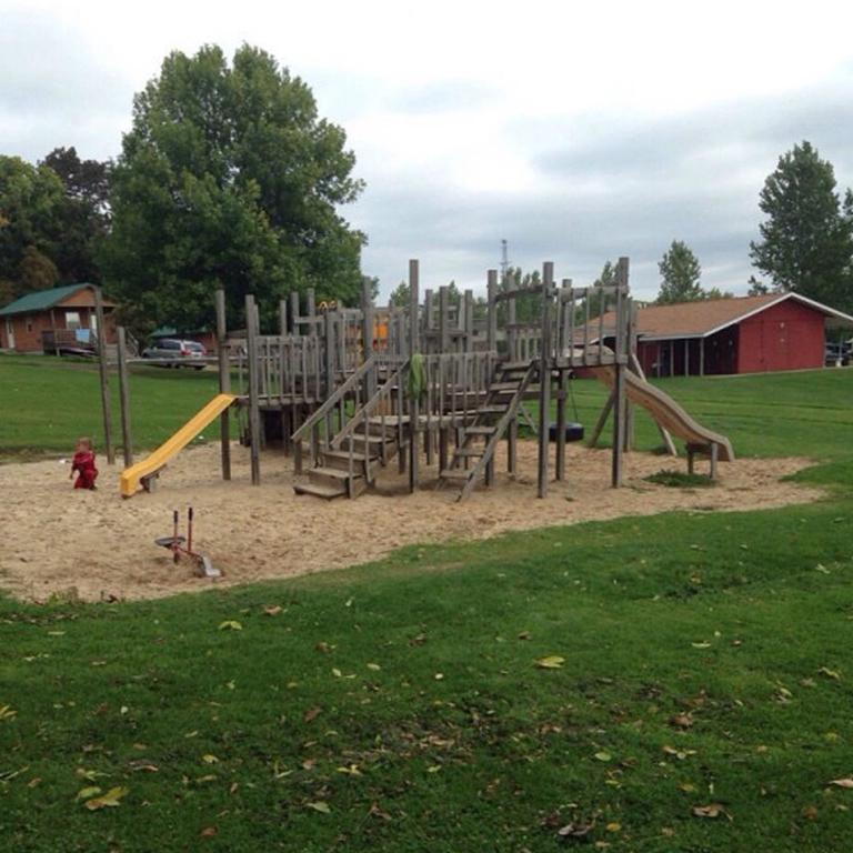 Есть и площадка для детей