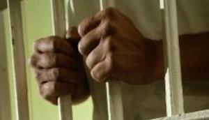 hombre-tras-las-rejas-prision-26-696x532