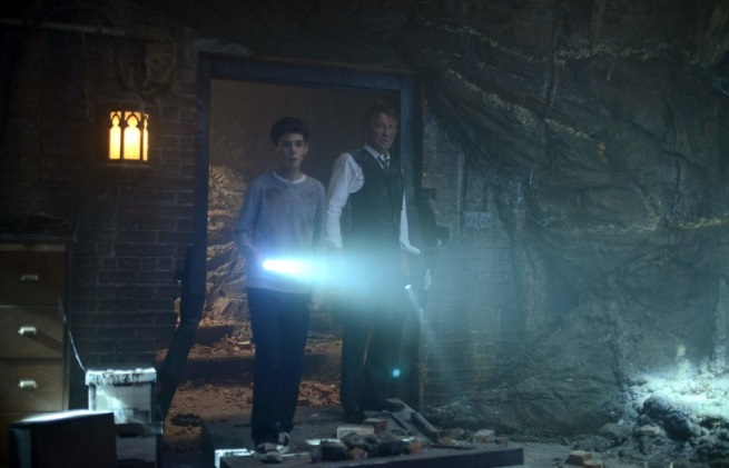 Our First Look at the Mysterious Cave on Gotham!