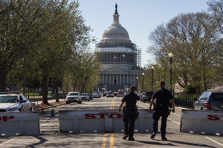US Capitol Police stand guard outside the US Capitol complex after reports of shots fired in Washington, DC, March 28, 2016. A suspected gunman was in custody March 28 after a shooting incident at the US Capitol visitors center which led to a brief lockdown of the buildings housing Congress, police said. / AFP / Jim Watson