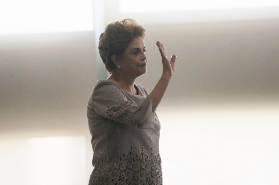 BRASILIA, BRAZIL - MARCH 22:  Brazilian President Dilma Rousseff waves to the crowd as she enters a meeting with supporters from the legal community at the Planalto presidential palace on March 22, 2016 in Brasilia, Brazil. Impeachment proceedings have begun against Rousseff while the country is embroiled in a massive corruption scandal. (Photo by Mario Tama/Getty Images)