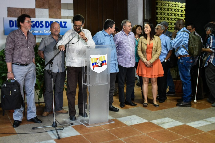 Members of FARC-EP leftist guerrilla delegation arrive to the Convention Palace in Havana for the peace talks with Colombian Government, on March 16, 2016. Colombia's FARC rebels said Monday peace talks with the government are stalled over the issue of a bilateral ceasefire, the latest snag in a bid to end five decades of conflict. Speaking after both sides acknowledged that a March 23 deadline they had set themselves would likely pass without the signing of a final accord, FARC negotiator Carlos Lozada said the talks were stumbling over the details of an eventual truce.       AFP PHOTO/ADALBERTO ROQUE / AFP / ADALBERTO ROQUE