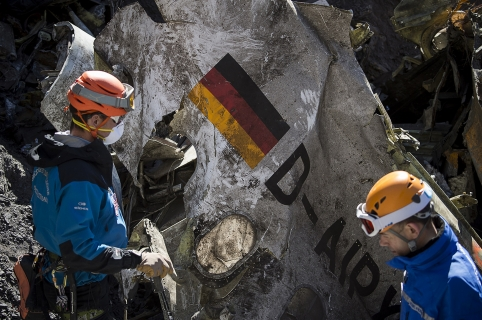 "A handout photo taken on March 31, 2015 and released by the French Interior Ministry on April 1, 2015 shows Gendarmes and rescuers from the Gendarmerie High-Mountain Rescue Group working at the crash site of the Germanwings Airbus A320 near Le Vernet, French Alps.  AFP PHOTO / HO / YVES MALENFER / DICOM / MINISTERE DE L'INTERIEUR == RESTRICTED TO EDITORIAL USE - MANDATORY CREDIT ""AFP PHOTO / YVES MALENFER / DICOM / MINISTERE DE L'INTERIEUR"" - NO MARKETING - NO ADVERTISING CAMPAIGN - DISTRIBUTED AS A SERVICE TO CLIENTS == / AFP / MINISTERE DE L'INTERIEUR / Yves MALENFER"