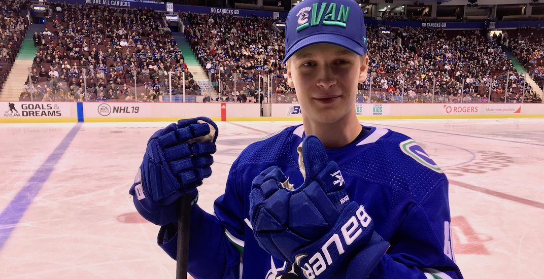 Elias pettersson thumbs up