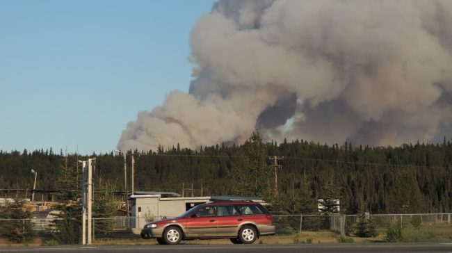 Smoke from a 20,000 acre wildfire looms over Ski Hill Road south of Soldotna. (Photo by Shaylon Cochran/KDLL)