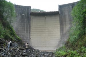The spillway in the middle of the Swan Lake dam would be filled in, under plans to increase storage capacity at the hydro site. (Photo courtesy of seapahydro.org)