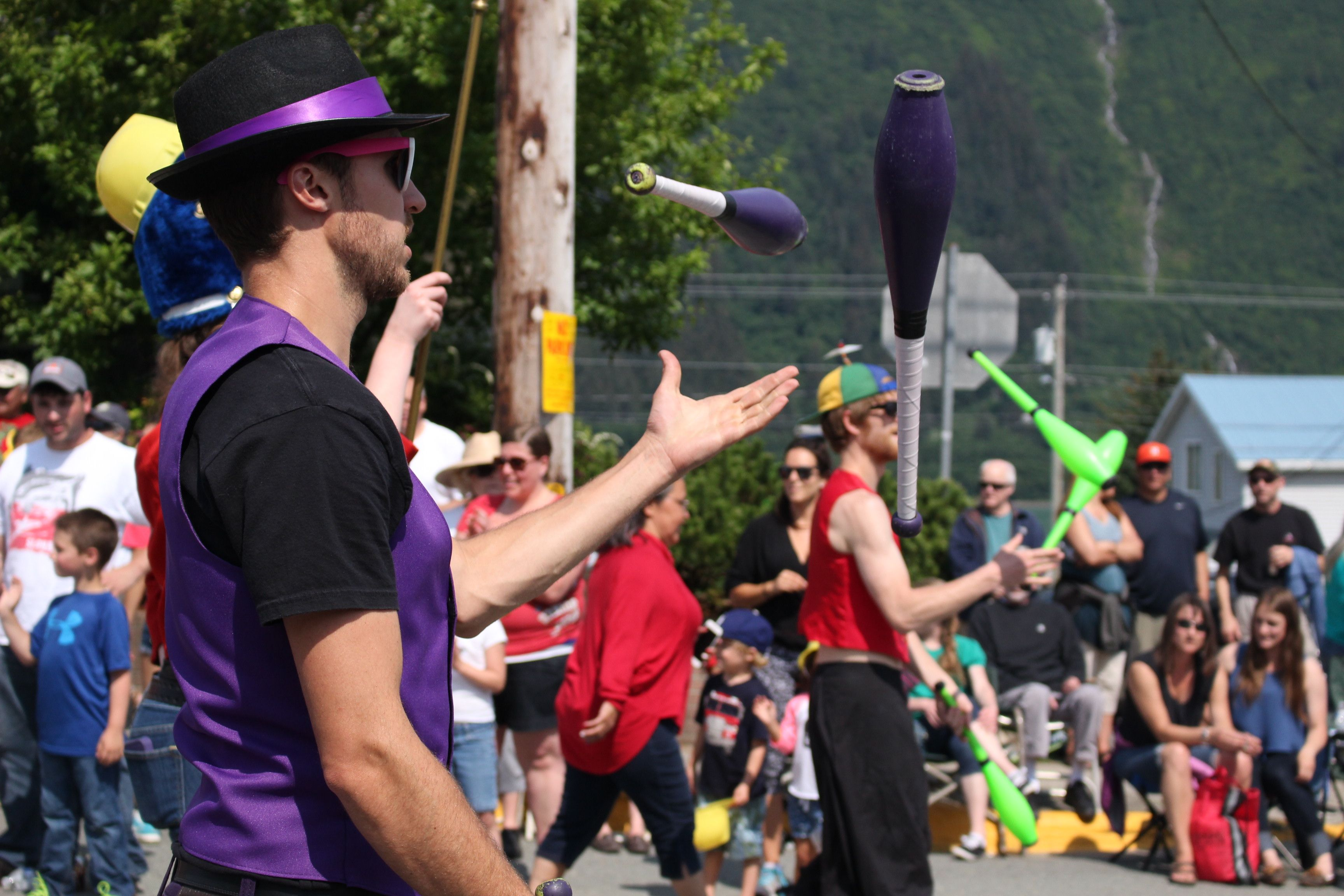 A member of the of the New Old Time Chautauqua juggles at the Douglas Fourth of July parade. (Photo by Elizabeth Jenkins/KTOO)