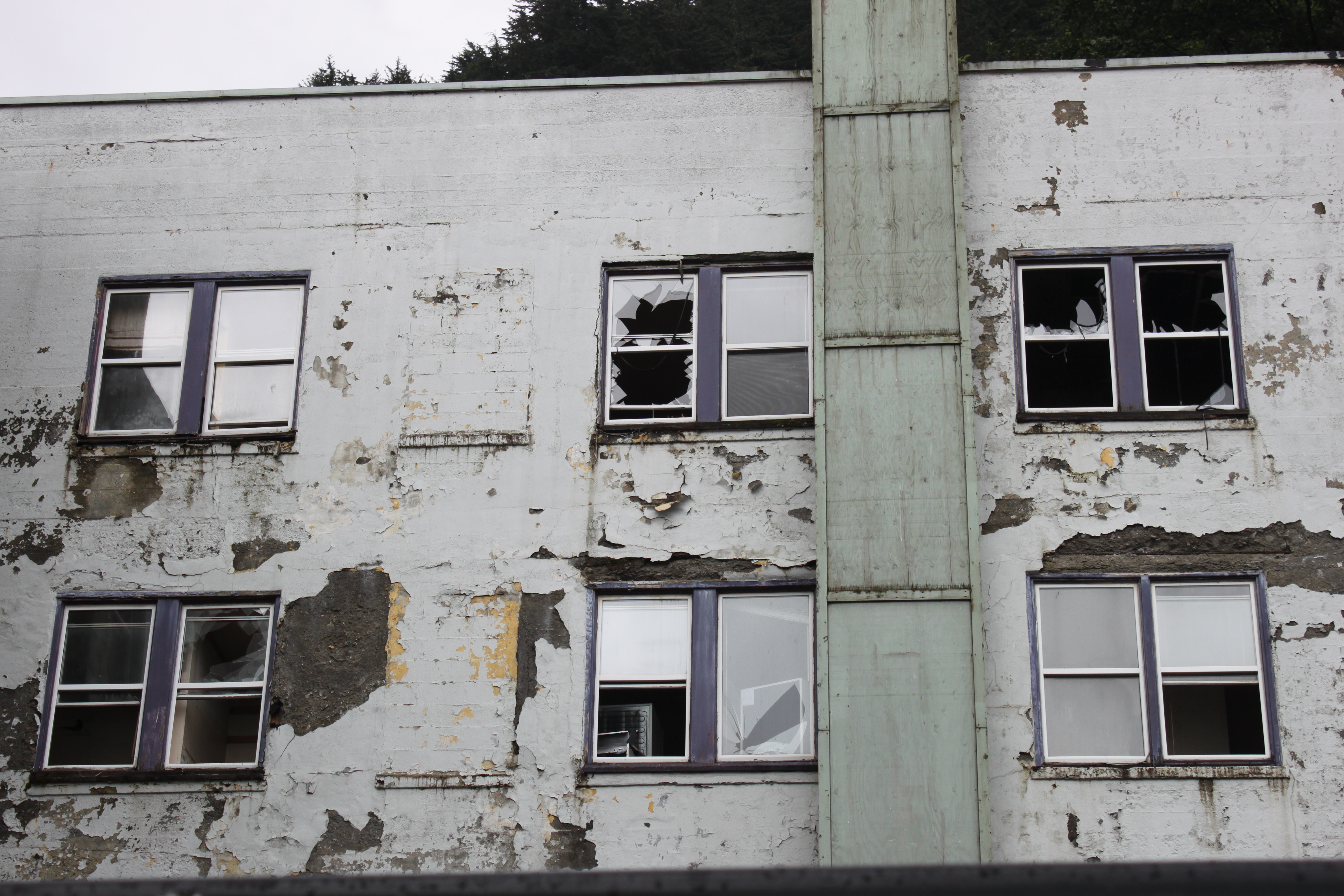 Falling Debris From Gastineau Apartments Closes Pocket
