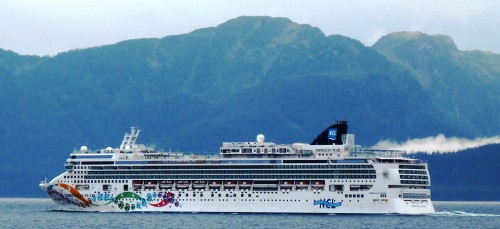 The cruise ship Norwegian Pearl sails south through Chatham Strait on its final voyage of 2013. (Photo by Ed Schoenfeld/CoastAlaska News)