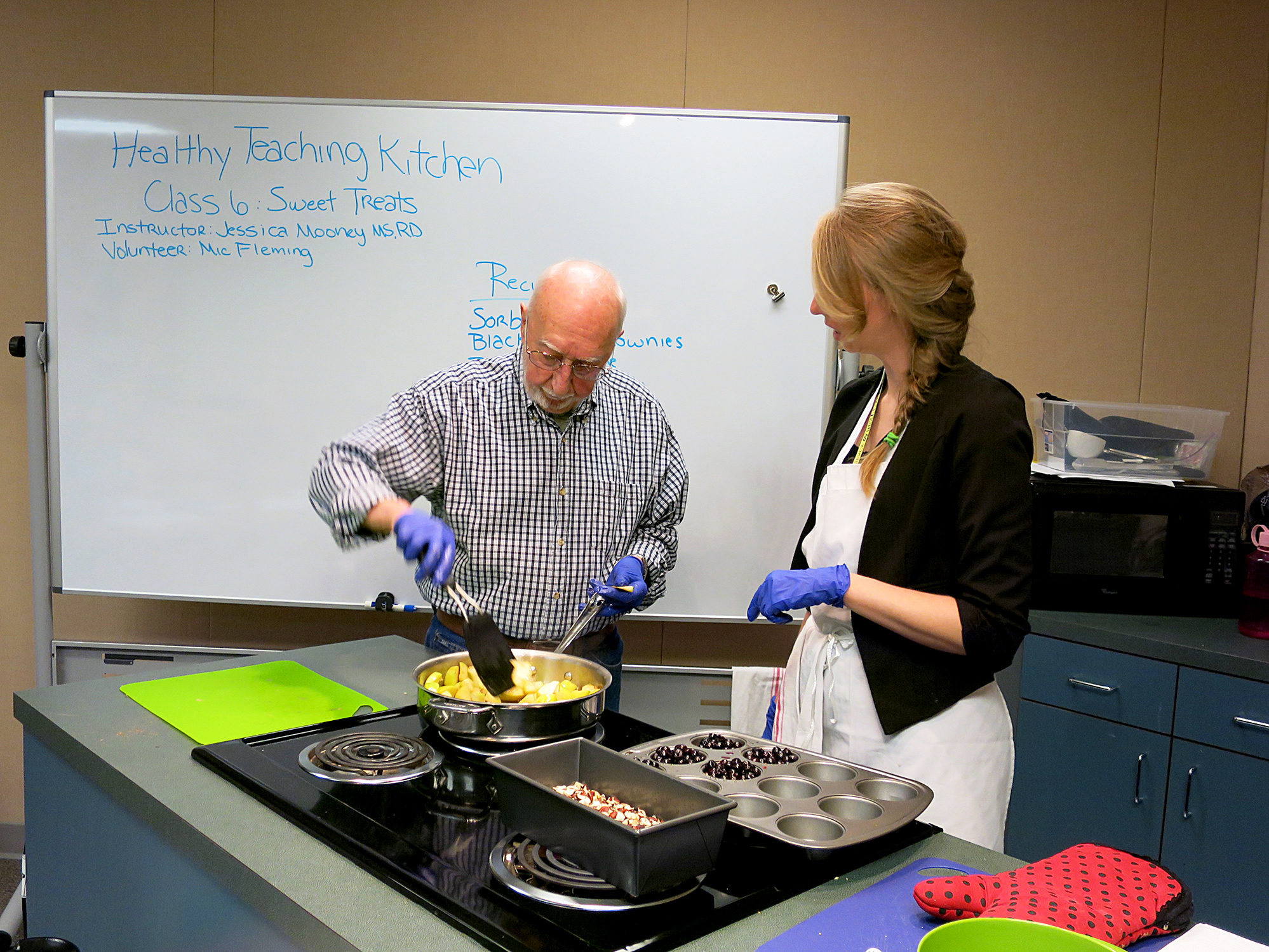 Ray Spaulding cooks apples in front of a class on cooking healthful desserts at the Portland VA withJessica Mooney, right, a clinical dietitian. About 80 percent of veterans are overweight and obese and another quarter have diabetes, according to the Department of Veterans Affairs. Conrad Wilson/OPB