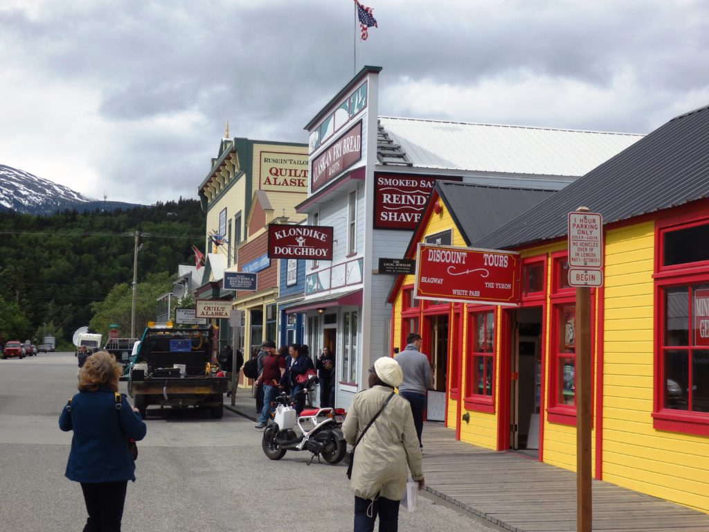 Cruise ship visitors browse Skagway shops on a May afternoon. (Photo by Emily Files/KHNS)