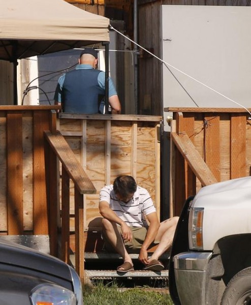 Law enforcement searches home in Bethel. (Photo by Dean Swope/KYUKl)