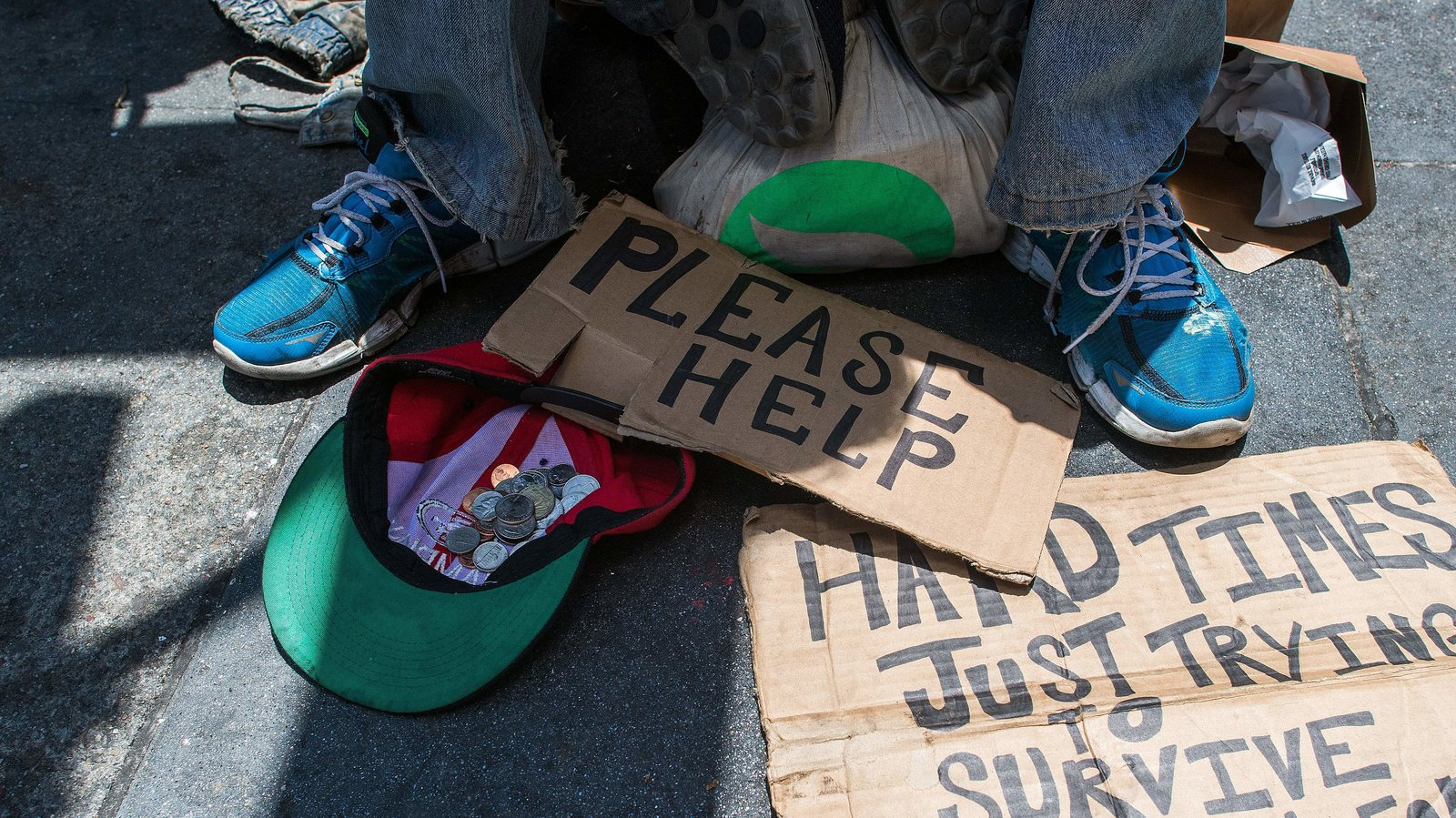 Andrew Loy begs along a sidewalk in San Francisco, Calif. on June 28, 2016. (Photo by Josh Edelson/AFP/Getty Images)