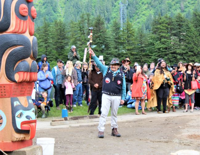 John Morris, a member of the Yanyeidí clan who once called the site home, raises his arm in triumph after helping to install the Gooch (wolf) totem pole at Savikko Park in Douglas. June 6, 2018. (Photo by Adelyn Baxter/KTOO)