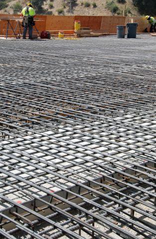 La estructura de varilla de acero ya instalada en el piso del nuevo puente Sunset. (Foto Ned Racine/El Pasajero)