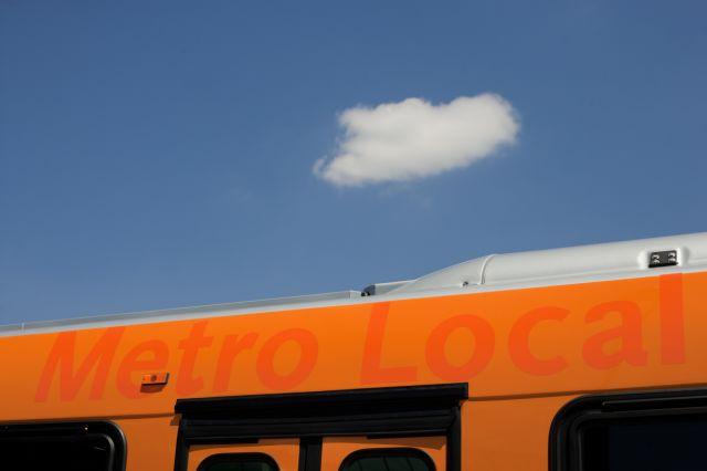 Nuestro compañero Josh Southwick captó esta nube viajera sobre uno de los autobuses de Metro en la estación Norwalk de la Línea Verde del Metro alrededor de la 1:48 de la tarde. JOsh trabaja con una cámara Canon EOS-1Ds Mark II y utilizó una apertura de diafragma de 5.6 a una velocidad de 1/2000.