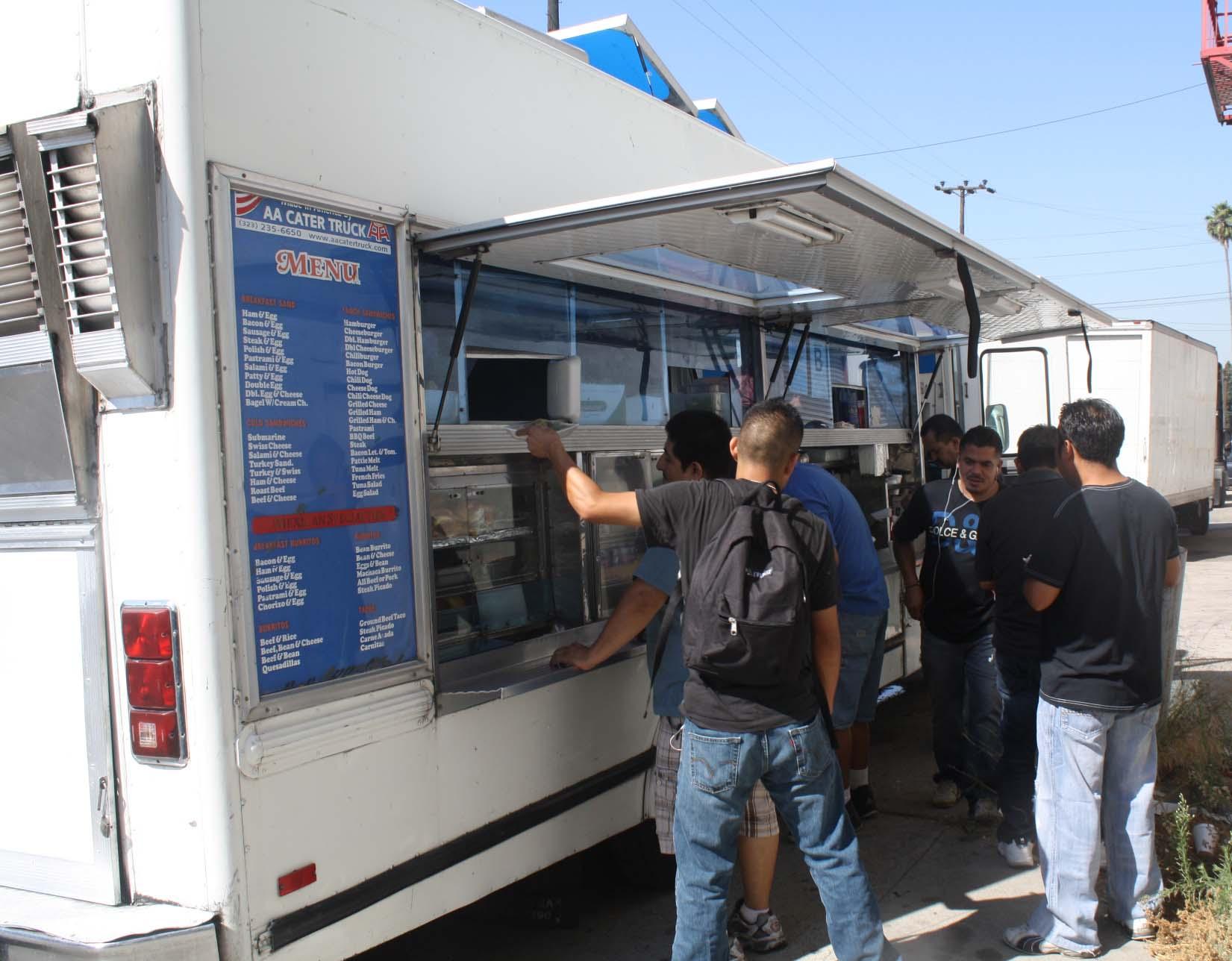 """Ronnie y su troca de comida """"Betty's Food Service"""" . (Foto de Agustín Duran/El Pasajero)"""