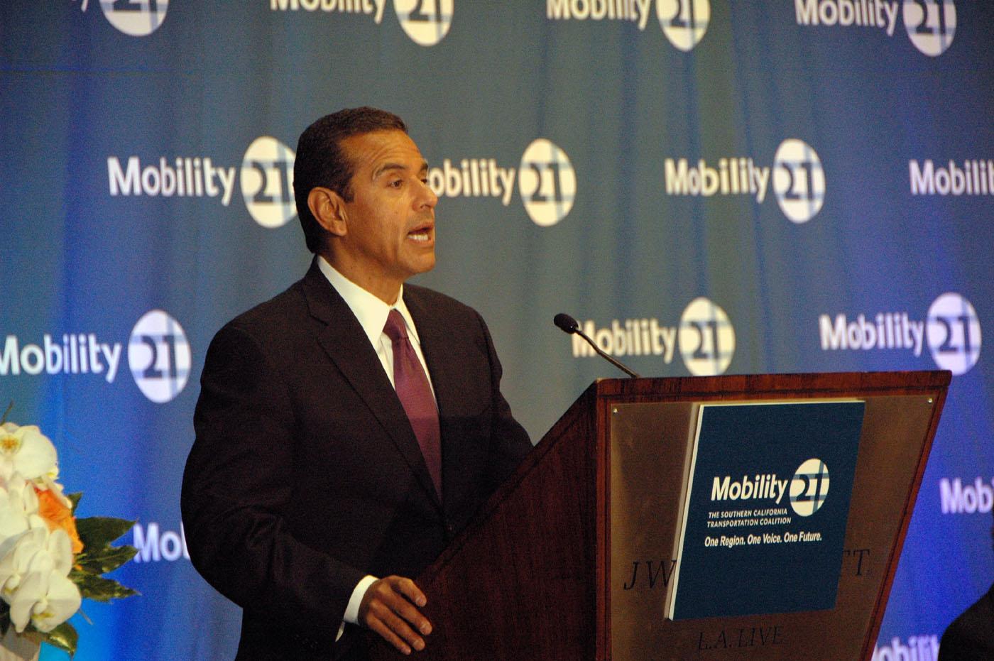 El alcalde Antonio Villaraigosa ofreció el discurso principal en la sesión inicial de Mobility 21