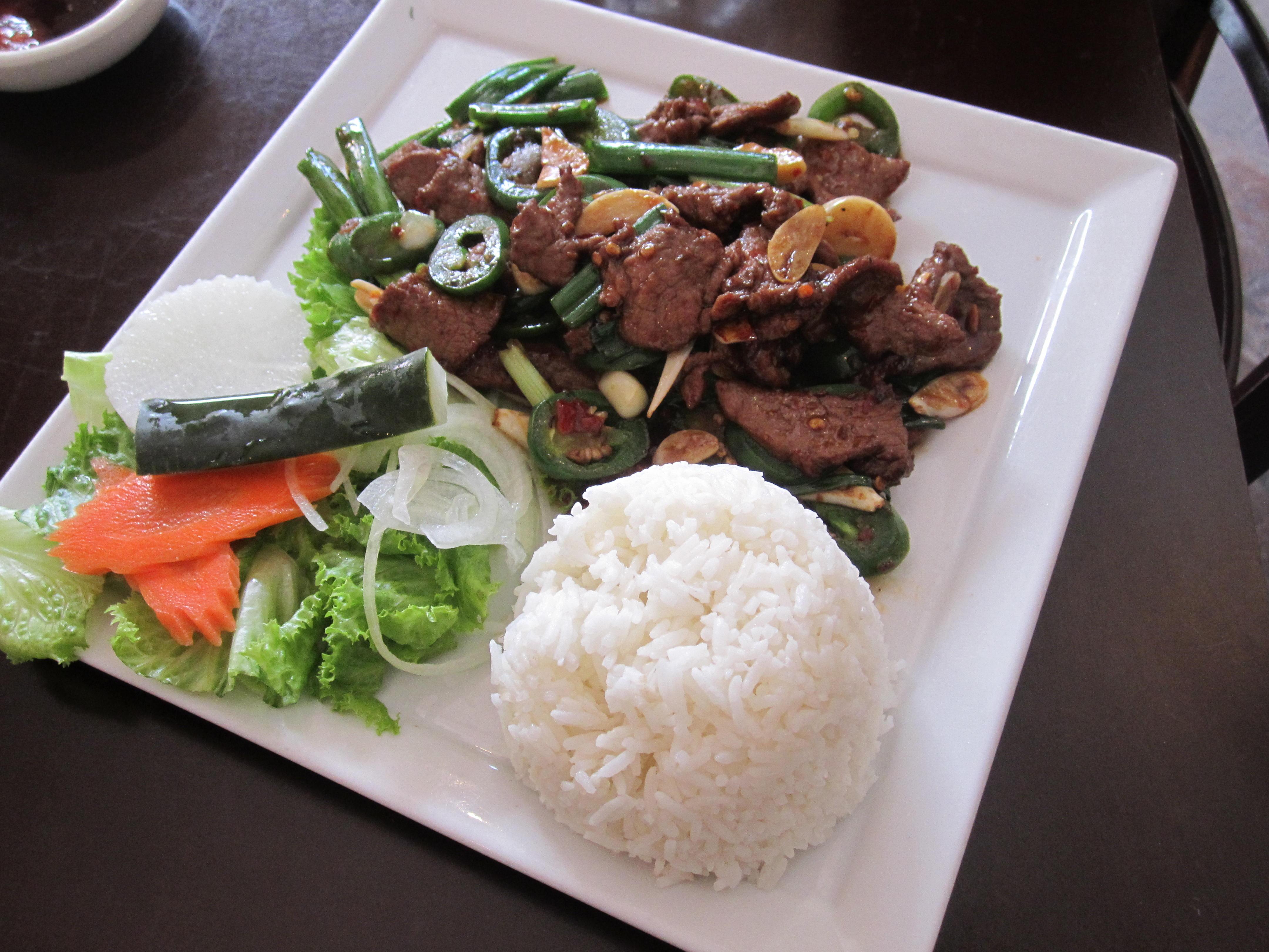 carne de res estilo Szechuan con ensalada verde y arroz. (Fotos: María Luisa Arredondo/El Pasajero)