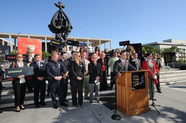 El alcalde de Los Angeles Antonio Villaraigosa anunció los cambios al servicio de Metro Rail durante la rueda de prensa de esta mañana en el Music Center. (Foto Juan Ocampo/El Pasajero).