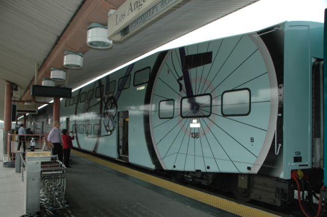 """Metrolink """"envolvió"""" con plástico vinilo sus vagones para indicar en donde se puede viajar con bicicleta. (Foto José Ubaldo/El Pasajero)."""