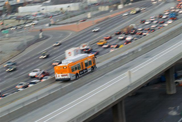 Peter Watkinson captó esteautobús local de Metro viajando por El Monte Transitway antes de concluir su recorridoen la calle Alameda, en el centro de Los Angeles.