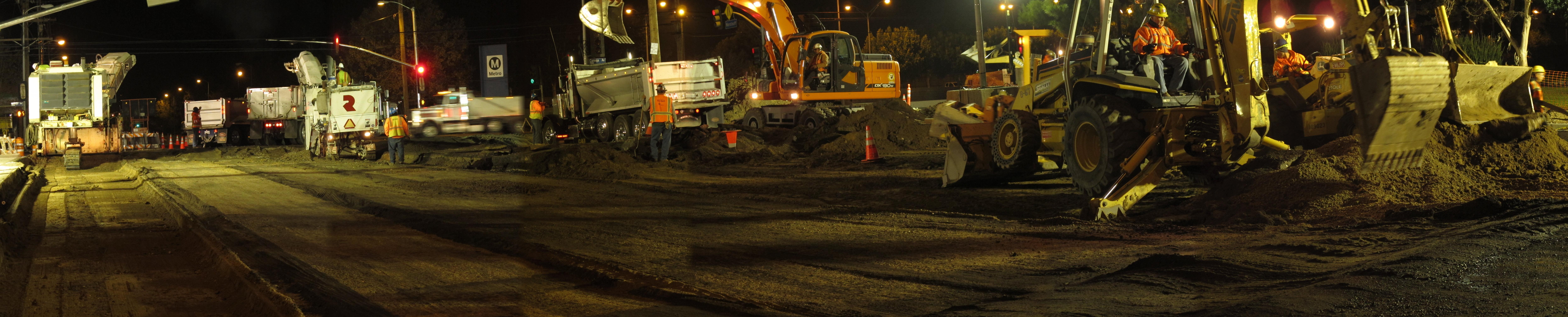 Obras de repavimentación en la extensión Canoga de la Línea Naranja del Metro. (Foto Perla Berry/El Pasajero).