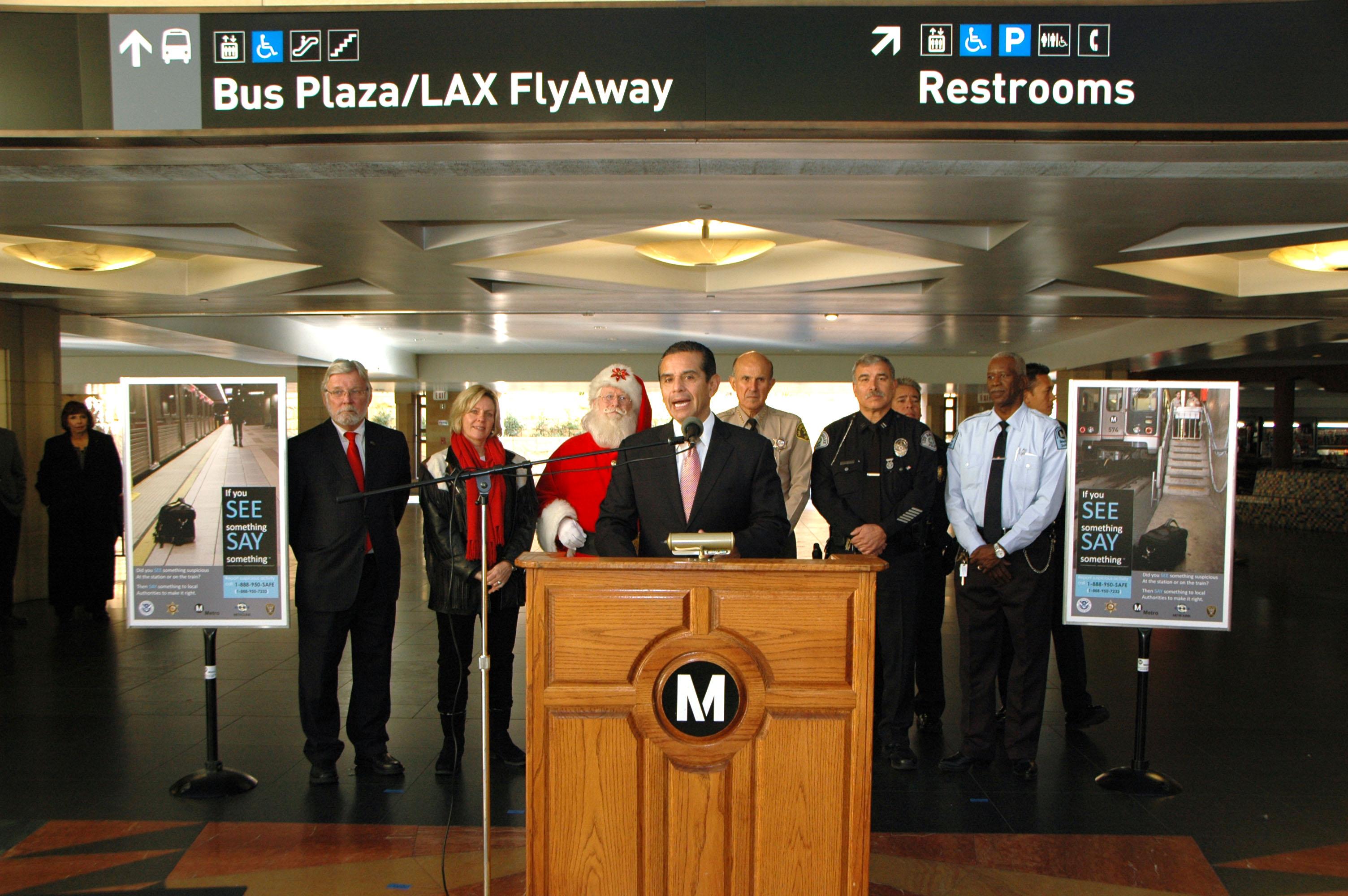 El alcalde de Los Angeles y presidente de la Junta de Directiva de Metro Antonio Villaraigosa anuncia el pasaje gratis en Nochebuena y la noche de Año Nuevo. (Foto Luis Inzunza/El Pasajero).