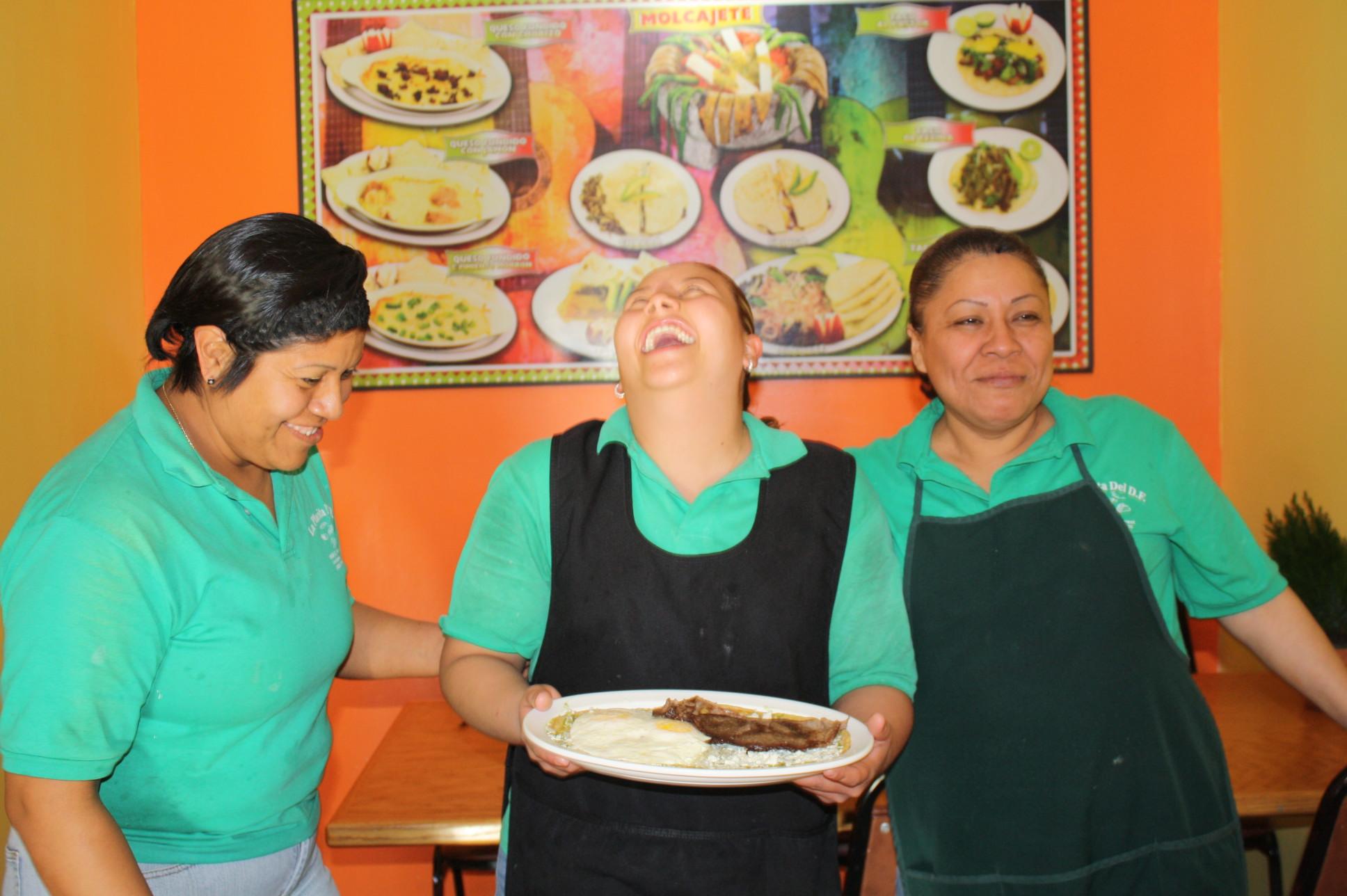 Coco, Sarai y Lupita son las tres mujeres que combinan el buen humor con el excelente sazón tradicional de la capital mexicana en La Placita del D.F. (Foto Agustín Durán / El Pasajero)